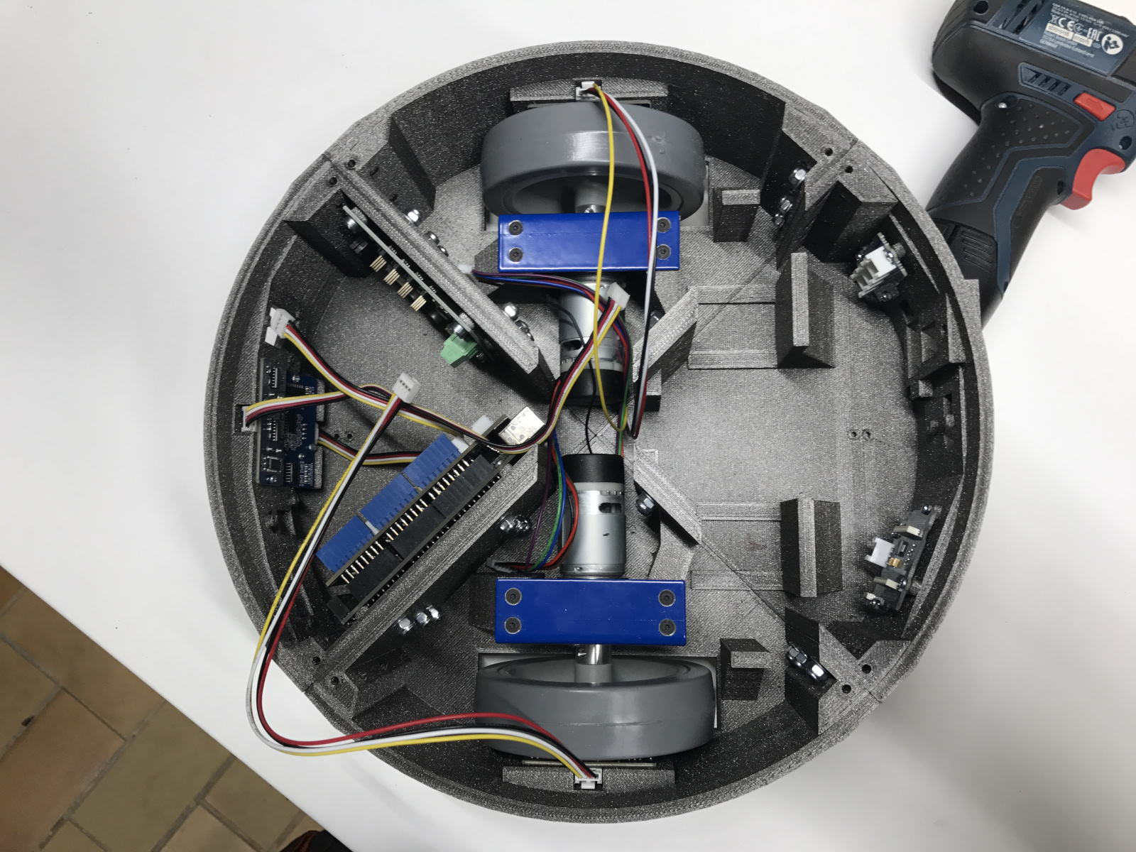 Montage des moteurs dans le châssis de Mobi one ( vue des 2 moteurs )